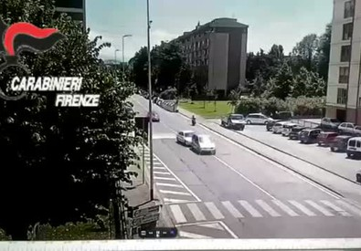 Il video dell'inseguimento tra due auto a Firenze
