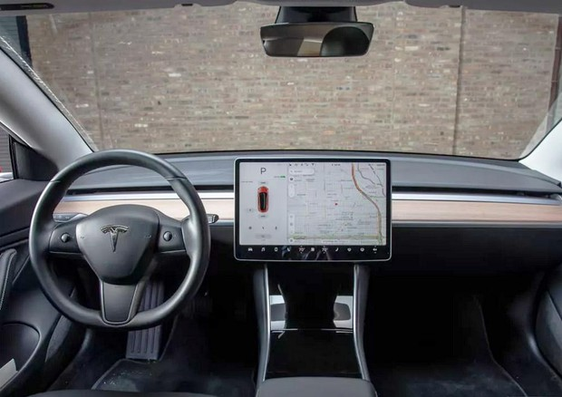 Sentenza Germania, no uso display infotainment da chi guida © Tesla