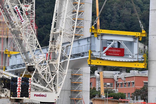 Lifting of the first section of the new motorway bridge in Genoa © Ansa