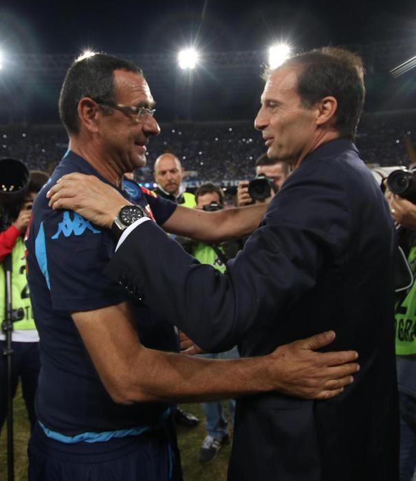 Italian head coach of SSC Napoli Murizio Sarri (L) greets Italian head coach of FC Juventus Massimiliano Allegri during their Italian Serie A soccer match at San Paolo Stadium in Naples, 26 September 2015. ANSA/CESARE ABBATE © ANSA